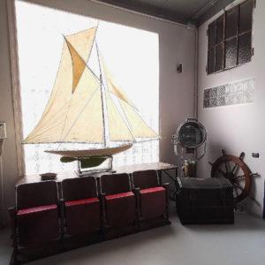 Barca a vela e Fila di sedie da cinema